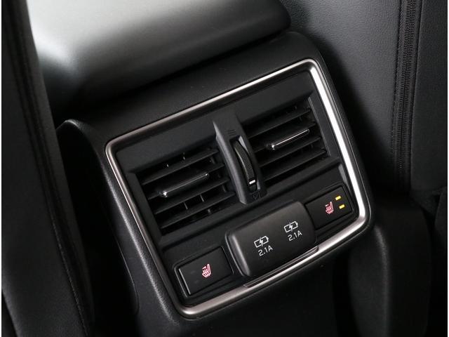 後部座席にも2段階の温度調整ができるヒーターを搭載!リヤベンチレーションによりエアコンの風も直接届く気配り設計も備えられています!!