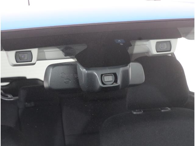 ルームミラーに装備されたカメラセンサーで暗い夜道も明るくサポートするハイビームアシストを搭載!!