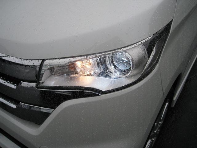 HIDは通常のライトより明るいので視認性が高く雨天時や夜間のドライブも安全です。