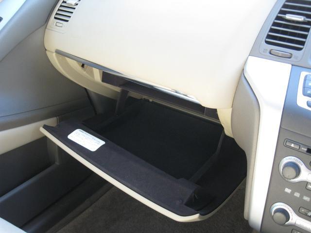 助手席には大きめの収納があり便利です。