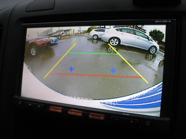 バックする際に後方の様子をカーナビのモニター上に表示され、運転席にいながら見づらい後方確認ができ、ドライバーを助けてくれるので安心です!