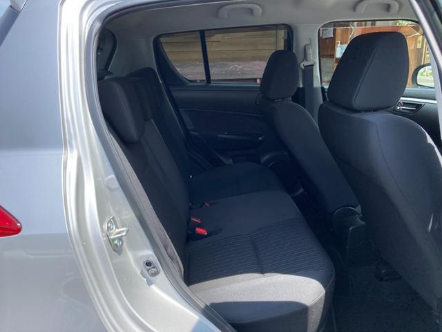 後席も日常使いに問題の無いスペースを確保しております