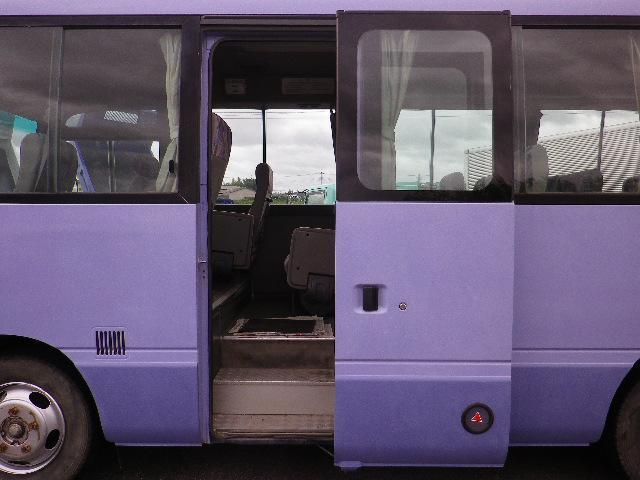 こちらのバスはスイング式自動ドアになります。