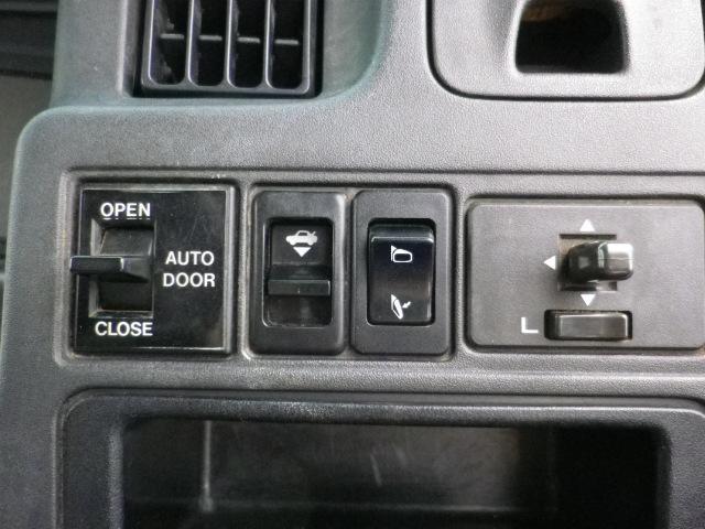 左側が自動ドア操作スイッチです。左側鏡も操作できます。