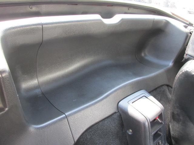 運転席シート裏の収納スペースです。