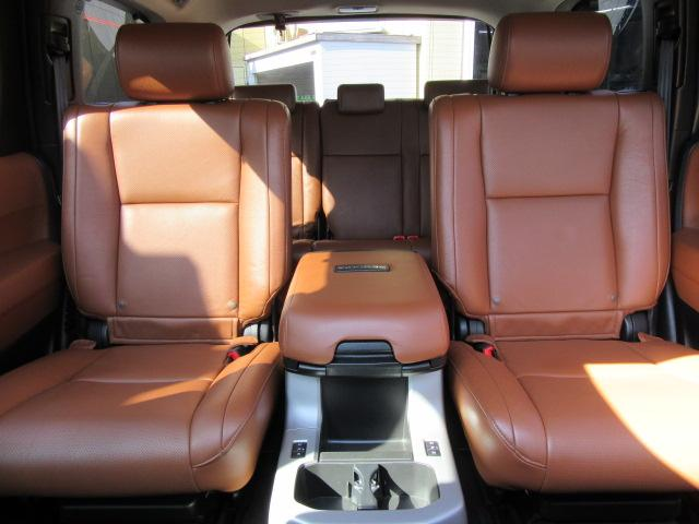 2NDシート上質なセンターコンソール、シートヒーター内蔵☆シートやれへたりなど一切感じません。