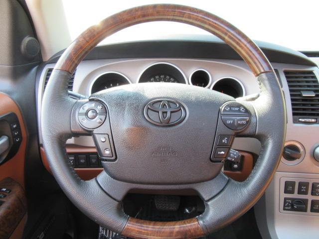 斬新なコックピットに座り込むとドライブも楽しくなりますね。豪華なセコイアここにあります。