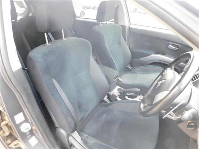 フロントシートはバケット型で程よくフィットします!
