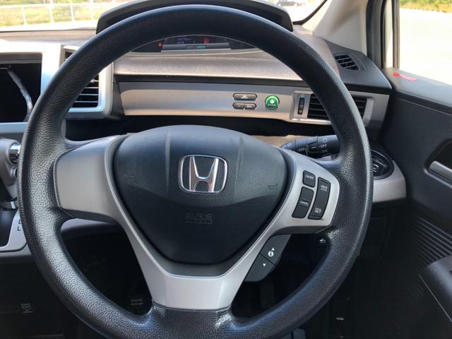 視認性に優れ、機能的なレイアウトの運転席まわり。