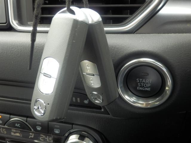 アドバンストキーを携帯し、ブレーキペダルを踏みながらインパネ上のボタンを押すだけでエンジンの始動・停止ができます。また、すべてのドアとトランクリッドまたはリアゲートの施錠・開錠が簡単に行えます。