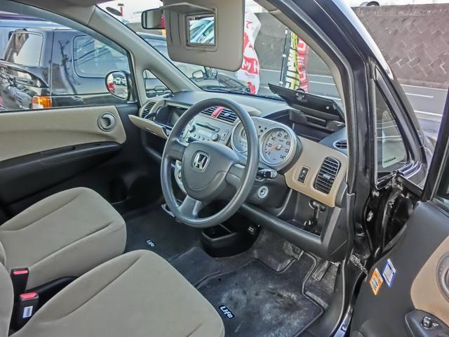 運転席側のバイザーにミラーが付いていてとても便利!運転席にも収納がたくさんあるので車内広々快適空間!