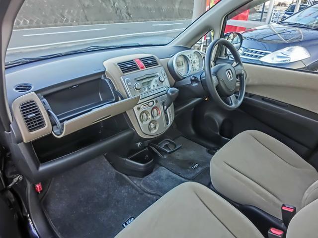 助手席側には大きな収納スペース!車内がゆったりしていて快適!