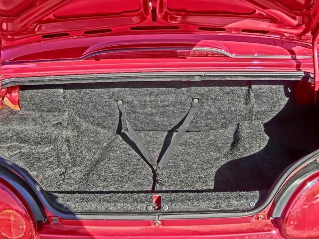小さなトランク、手荷物程度しか積めません。後期なので車内レバーでトランクを開けられる点は良いですが、買い物に出て忘れて買い過ぎると積めないので注意です!そんなんでも良い人にカプチーノは乗って欲しいです
