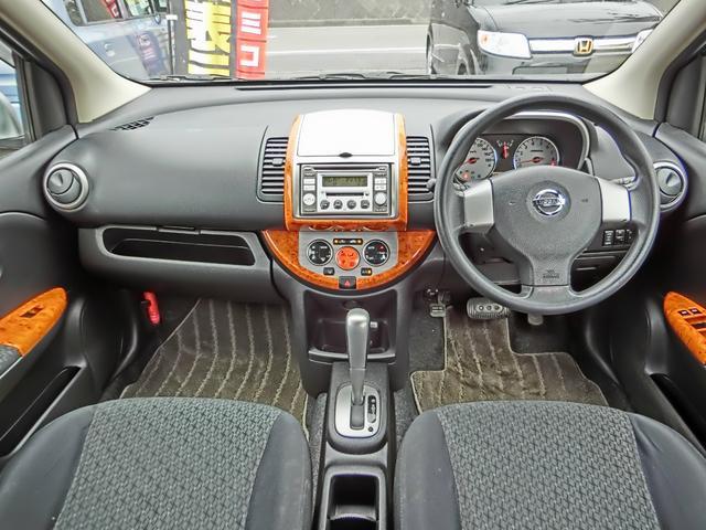 高級感のあるウッド調パネル!車内クリーンなプラズマクラスター付きオートエアコン!スイッチで2WD⇔4WD切り替えのできる燃費の良いe-4WDシステム!