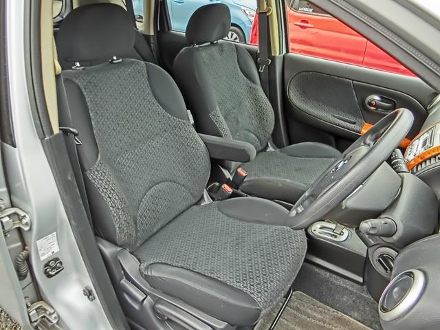 1番傷みやすい運転席!ご覧の通り切れや穴等なく、これ程の状態を保っております。シートリフター付きで運転操作も快適!アームレストが出し入れできて便利!