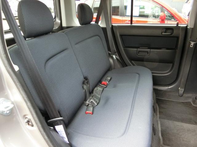 後部座席も穴や切れ等なく、丁寧に乗られてきたのが分かります。足元がゆったりしていて快適!