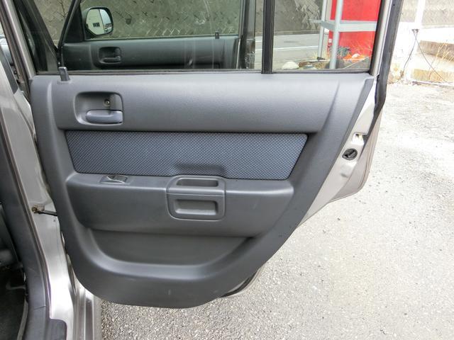 運転席側後部座席ドアの内装もご覧の通りキレイな状態です。