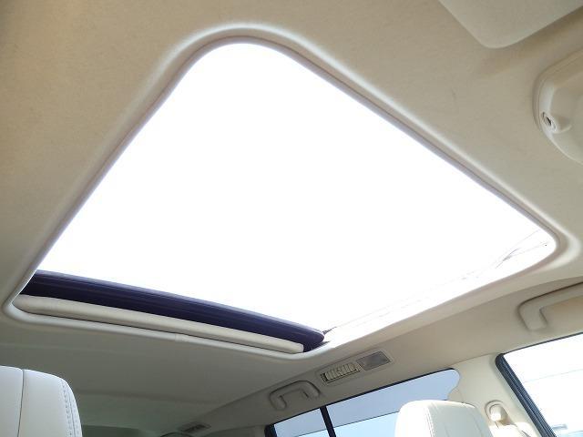 室内を一気に明るくする大型サンルーフ!夏などは熱気を飛ばすにも最適です♪
