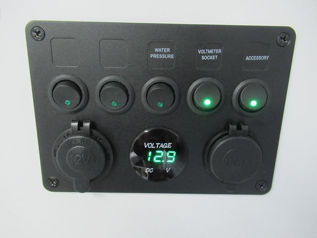 メインスイッチ、バッテリー残量計、水道ポンプのスイッチ類!