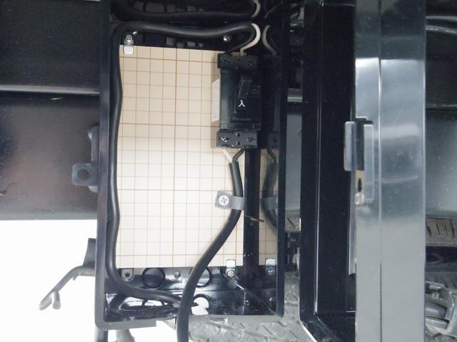 ブレーカーとコード一体型になっています!外から引き込んだ電気を車内のコンセント等に分配する装備になります!!