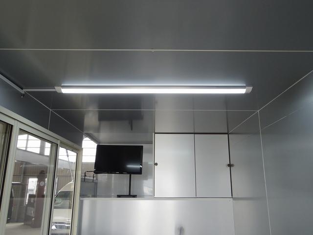 天井には照明を装備しています!!