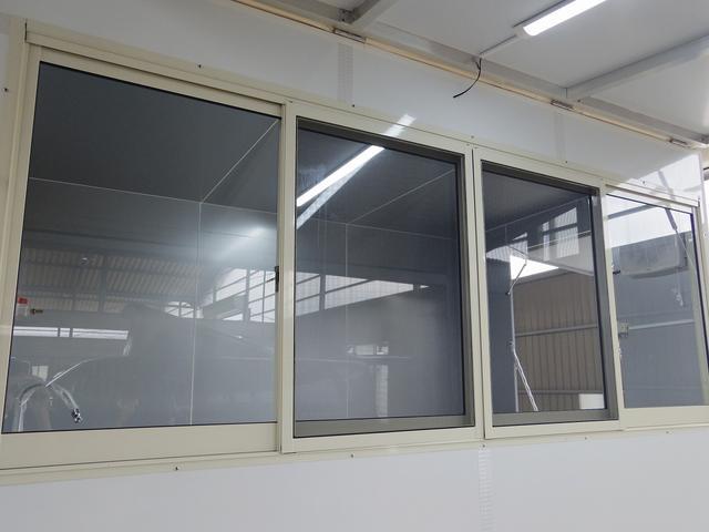 販売口にはガラスサッシ装備!!