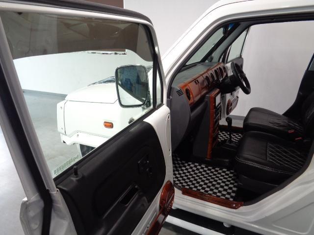 この画像を良く御覧下さい運転席のドアと助手席のドアがほぼ一直線上に開放しております。他社では有り得ない絵面です。