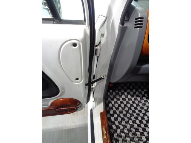 ほぼ90度直角開閉が可能なドアです。