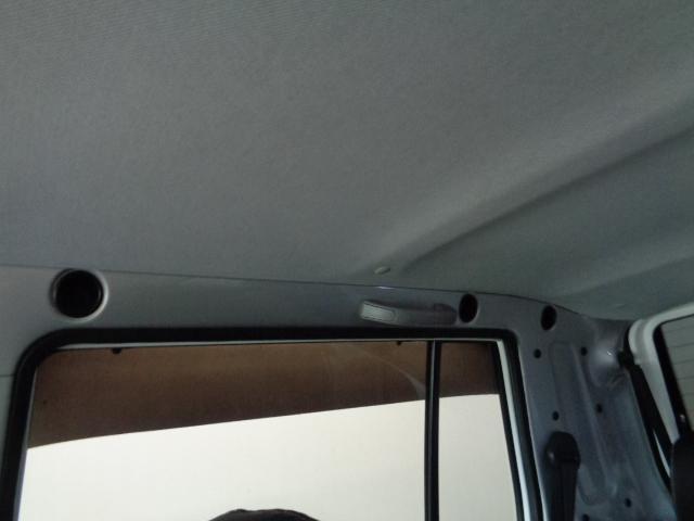 天井には別途バーを取付可能な穴が幾つも開いております。