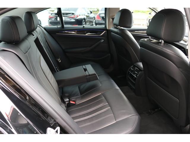 シートヒーターやローラーブラインドなどが装備され快適な後席!!