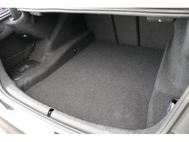 ラゲッジルームは十分なスペースが確保されており、ラゲッジにはキャディーバッグを複数個、収納可能!!パワートランク!!