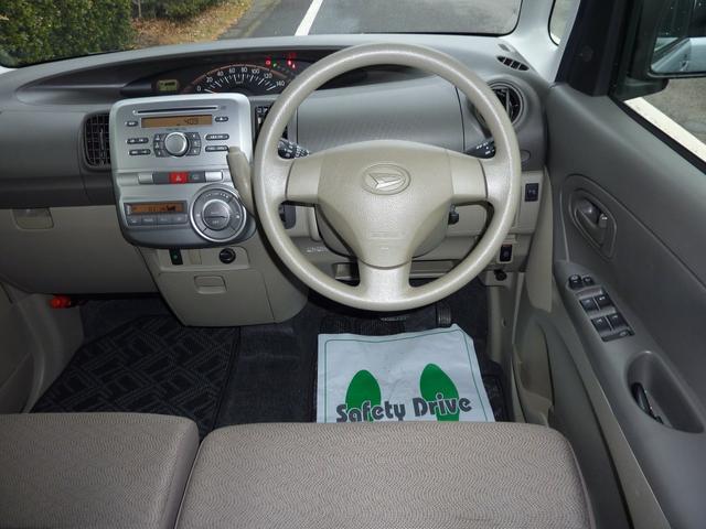 運転席側きれいです。ダッシュボードの傷や両面テープ痕ありません。