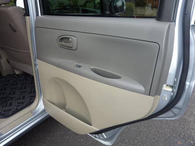 後部座席ドアパネル内側の状態。