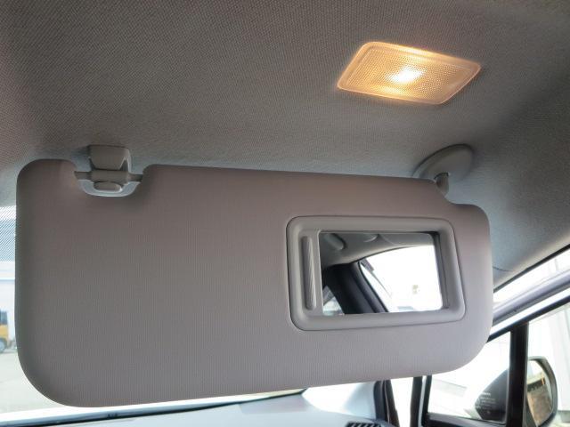 女性に嬉しい装備の照明付き運転席側バニティーミラー♪