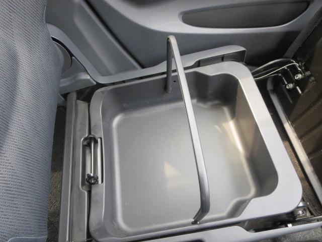 助手席の下には取り外しも出来るバケツタイプの小物入れが潜んでます。洗車道具等を入れるのにも重宝します。
