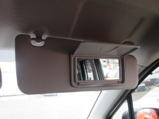 女性に嬉しい装備の運転席側バニティーミラー♪♪