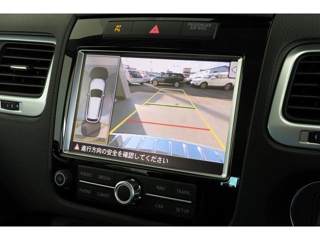 リヤビューカメラ:車両後方の映像を映しだします。画面にはガイドラインが表示され、車庫入れや縦列駐車などを用意にしてくれます。