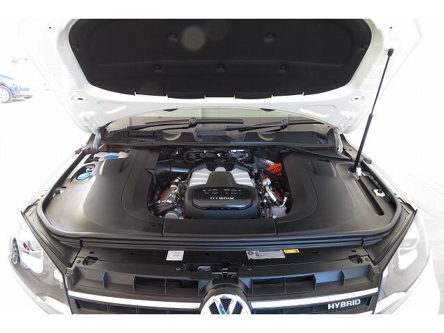 直噴+過給システムにより、高回転まで気持ちよく吹き上がり、機敏なレスポンスを発揮。従来型のV8エンジン並のパワーとトルクを提供します。