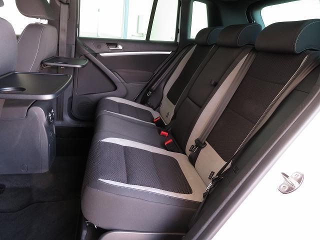 左右それぞれが独立してスライド&リクライニング可能な後席。便利なシートバックテーブルやカップホルダーなど車内での時間をより快適に過ごせる装備も充実。
