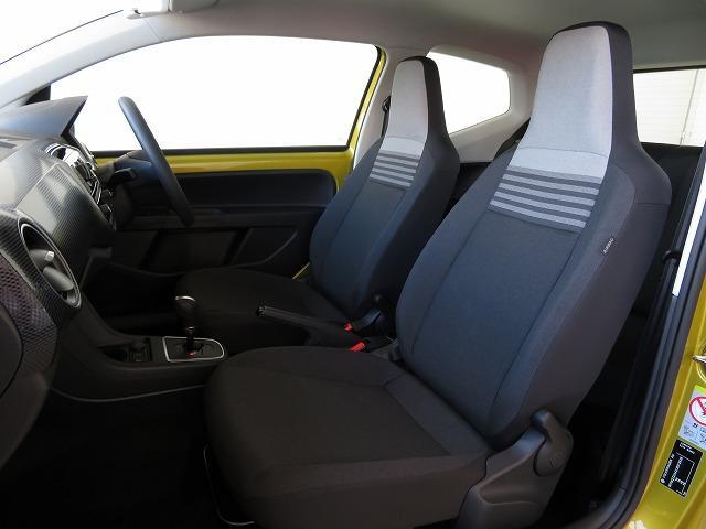 前席は人間工学に基づいて設計されたヘッドレスト一体型のシート(ダークグレー/セラミック)を採用。