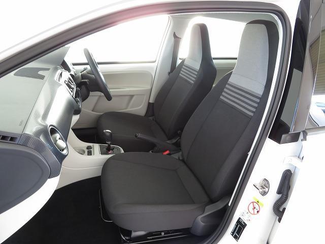 前席は人間工学に基づいて設計されたヘッドレスト一体型のシートを採用。