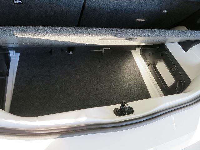 ラゲージルームのフロアを2段階で高さ調節できるバリアブルカーゴフロアを採用。