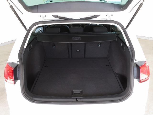 ラゲージルーム:通常でも605L。+100Lの余裕により、後席シートを立てたままでもさらに多くの荷物が積めるようになりました*