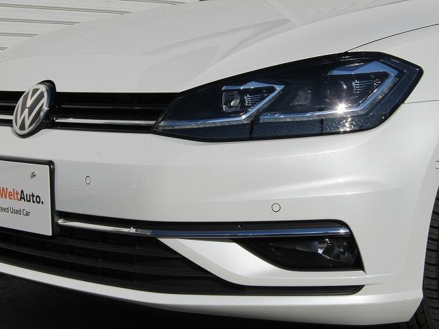 LEDヘッドライトを標準装備!日中の自然光に近い光が、より明るく夜道を照らしドライバーの疲労を軽減します。