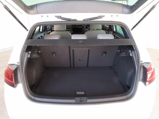通常でも380Lの大容量を確保したラゲージルーム。後席の背もたれを倒せば、1270Lもの広大なスペースが出現します。