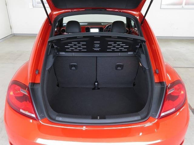 通常時で310L の容量を確保。分割可倒式の後席を倒すと905L もの大容量スペースが出現します!