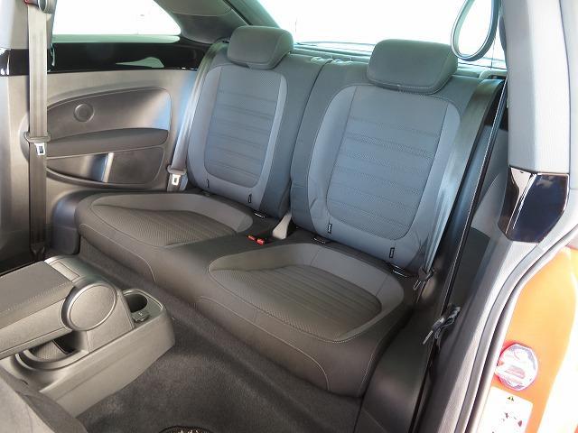 後席は2人が快適に座れるセパレート型を採用。一人一人のニーススペースをしっかり確保しています。