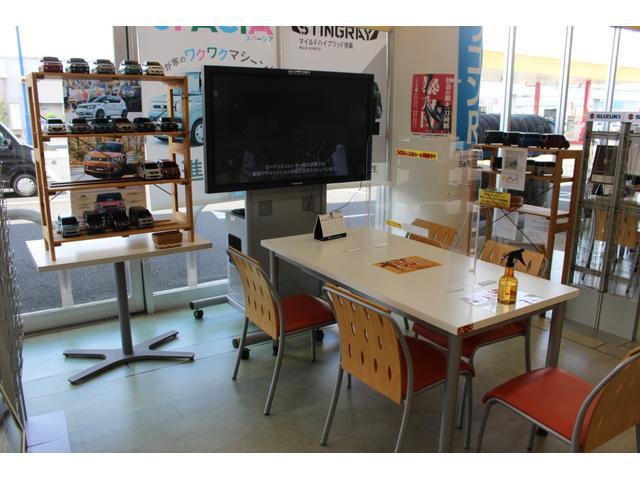 商談テーブルにはアクリル板を設置し飛沫防止をしております。椅子、筆記用具など使用の都度消毒を行っております。
