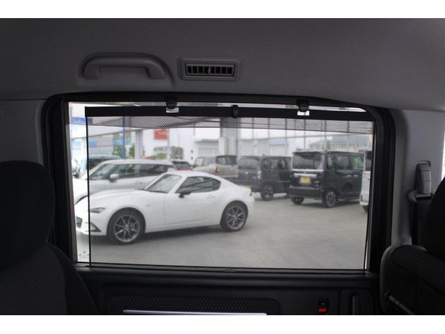 ☆ロールサンシェード!リアドアには引き出してガラスを覆うロールサンシェード内蔵!直射日光を防いで車内を快適に保つほか、お子様の着替えの際のプライバシーの保護にも役立ちます☆