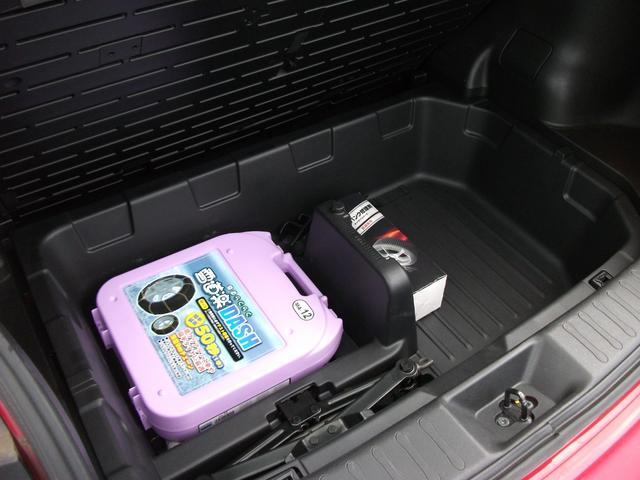 ラゲッジルームのフロア下には使い勝手のよい収納スペース!車内がスッキリ片付きますね!タイヤチェーン付!